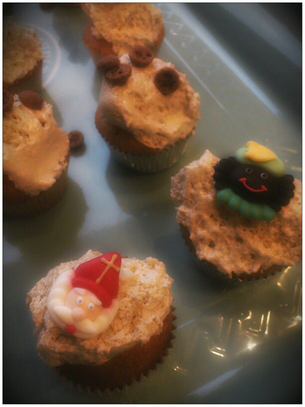 Sint cupcake met speculaaskruiden en amandelspijs. Topping van fluffy brown sugar.(recept op bord how to)