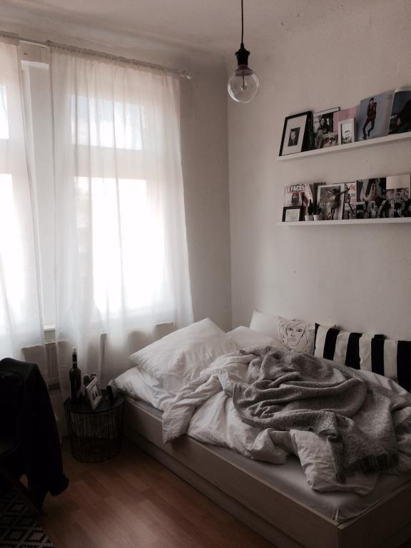 Gemütliches WG-Zimmer mit Bett und Decken, Fotoschiene an der Wand - vorhänge im schlafzimmer