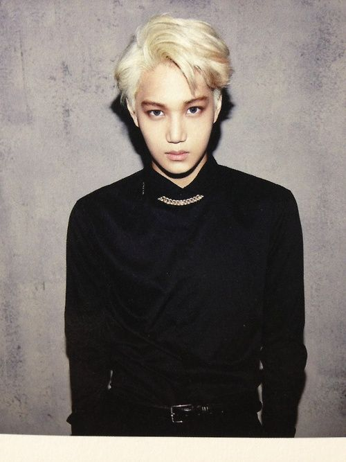 the small gold chain and his blonde hair, oh the heavens they compliment each other and the black contrast nice nice nice.