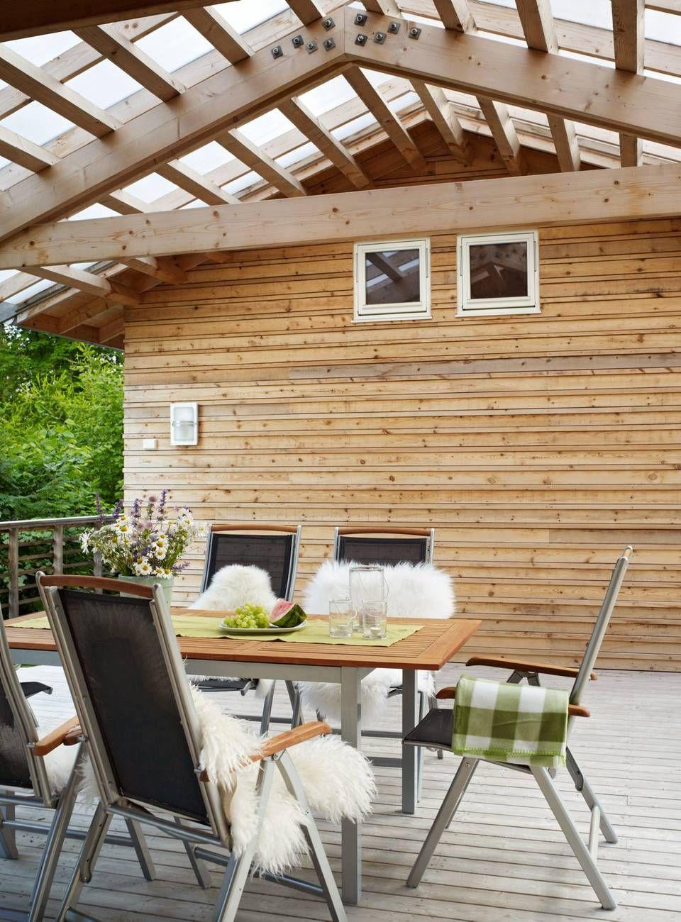SMART UTEPLASS: Terrassen er hyppig i bruk. Den er overbygget mellom ...
