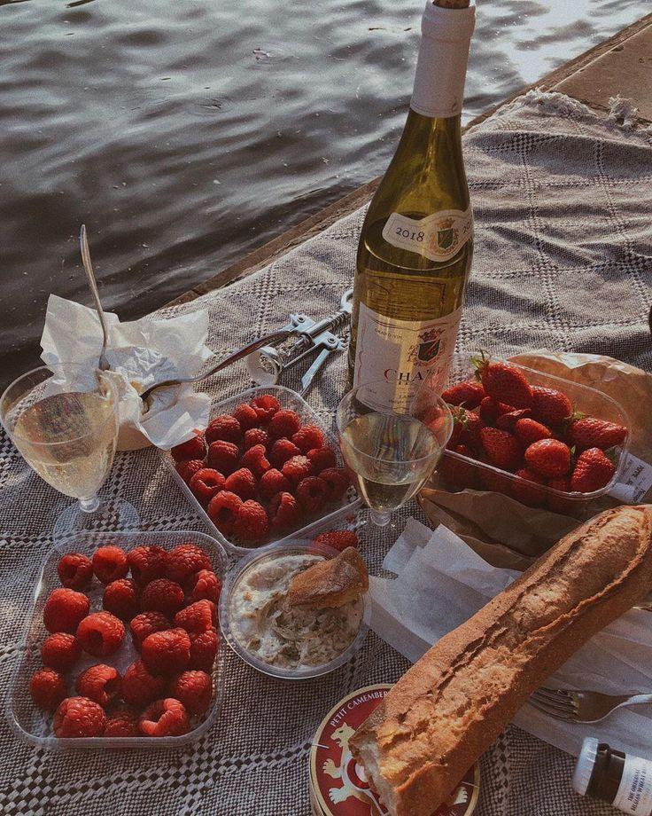 Champagner mit Himbeeren, Erdbeeren, Brot und Dip Sommer Picknick Flatlay - Champagner mit Himbeeren, Erdbeeren
