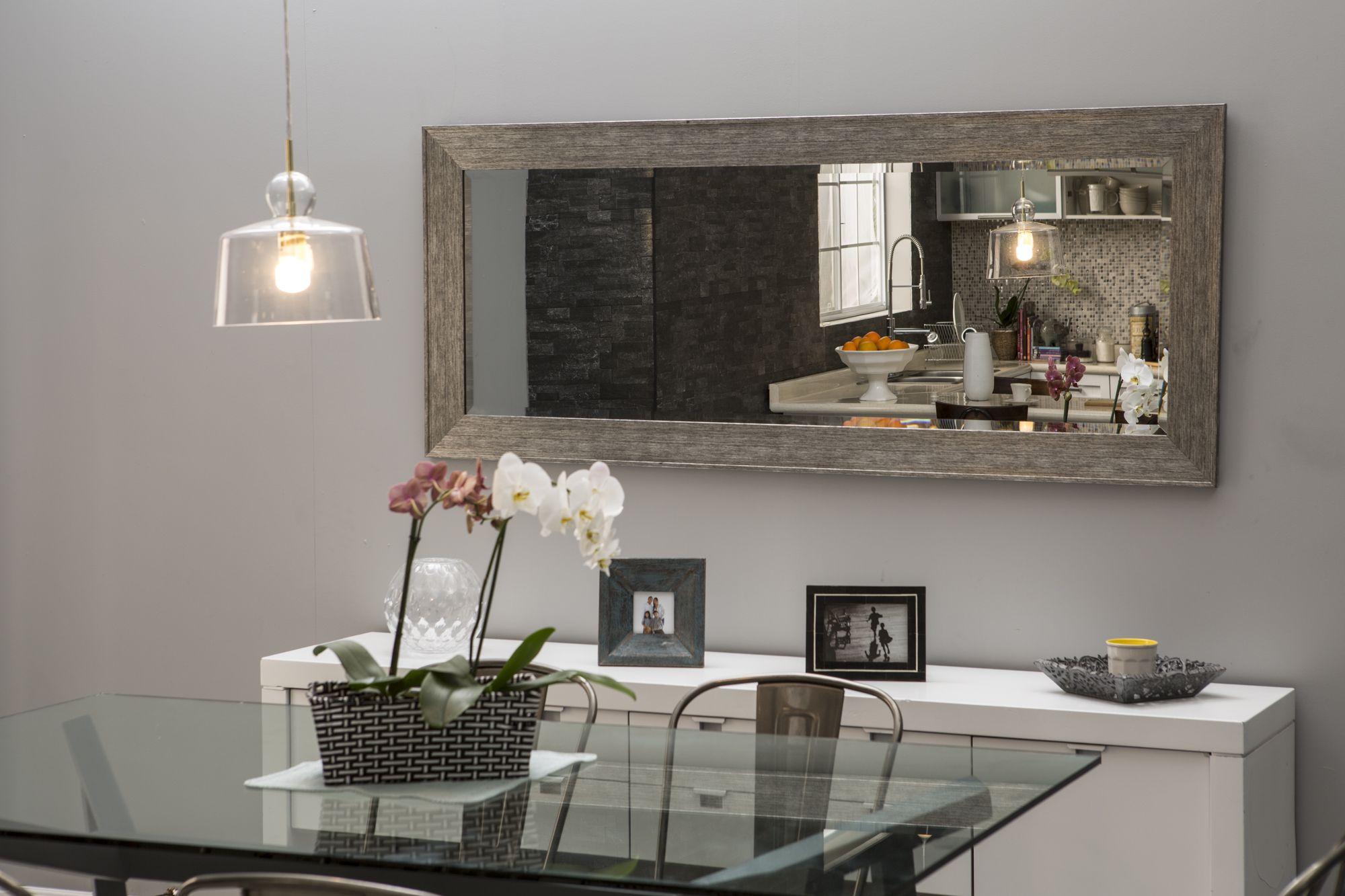 Un amplio espejo horizontal le da ms espacio a tu comedor