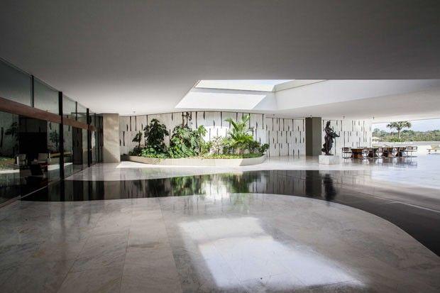 O núcleo central do Palácio do Jaburu é destinado à moradia, mas algumas reuniões de trabalho e recepções também acontecem ali, ladeadas pelo Lago Paranoá. Seus mais de 4 mil m² possuem uma área externa generosa - com varandas, jardins e a Lagoa do Jaburu. Projeto de Oscar Niemeyer