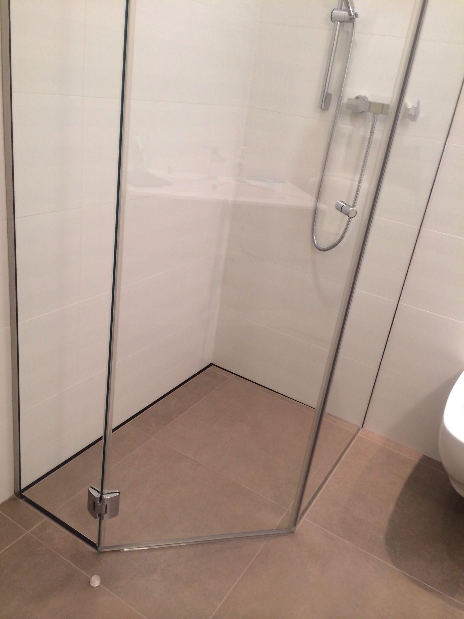 foto de Piatto doccia pentagonale P DRENO filo pavimento in