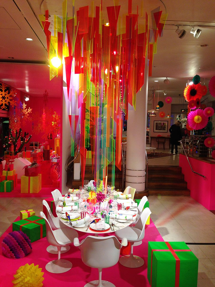 Pin By Redseacoral On Visual Merchandising Holiday Window Display Shop Window Design Christmas Trends