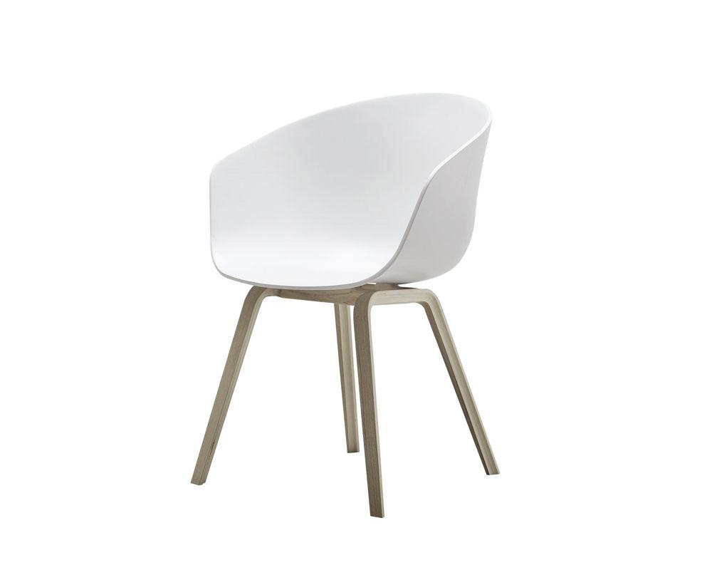 Designet av Hee Welling for Hay  stilren stol som er veldig god å sitte i  Materiale: polypropylen  med base i tre   Mål: B59xD52xH79 cm, sittehøyde 46 cm    Speialfrakt 349 kr, Bolina 1899,-
