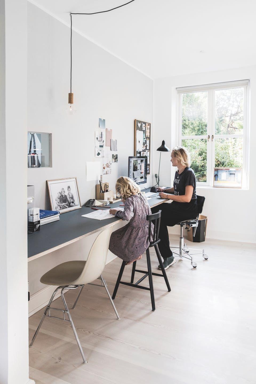 Stylistens Charmerende Villa Med Moderne Losninger Home Office Design Modern Home Office Home Office Decor