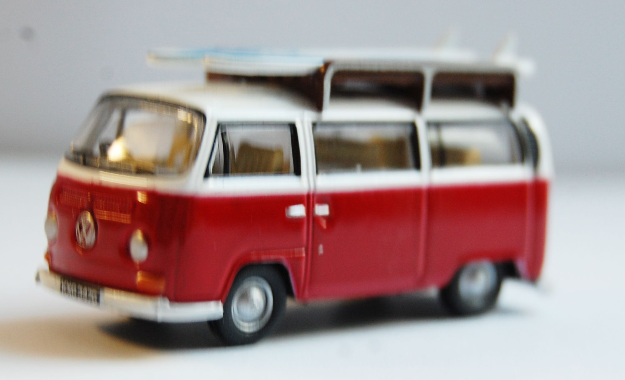 modellauto vw t2 bus rotweiss mit surfbretter rhd ma stab 1 76 von oxford bei esoterik. Black Bedroom Furniture Sets. Home Design Ideas