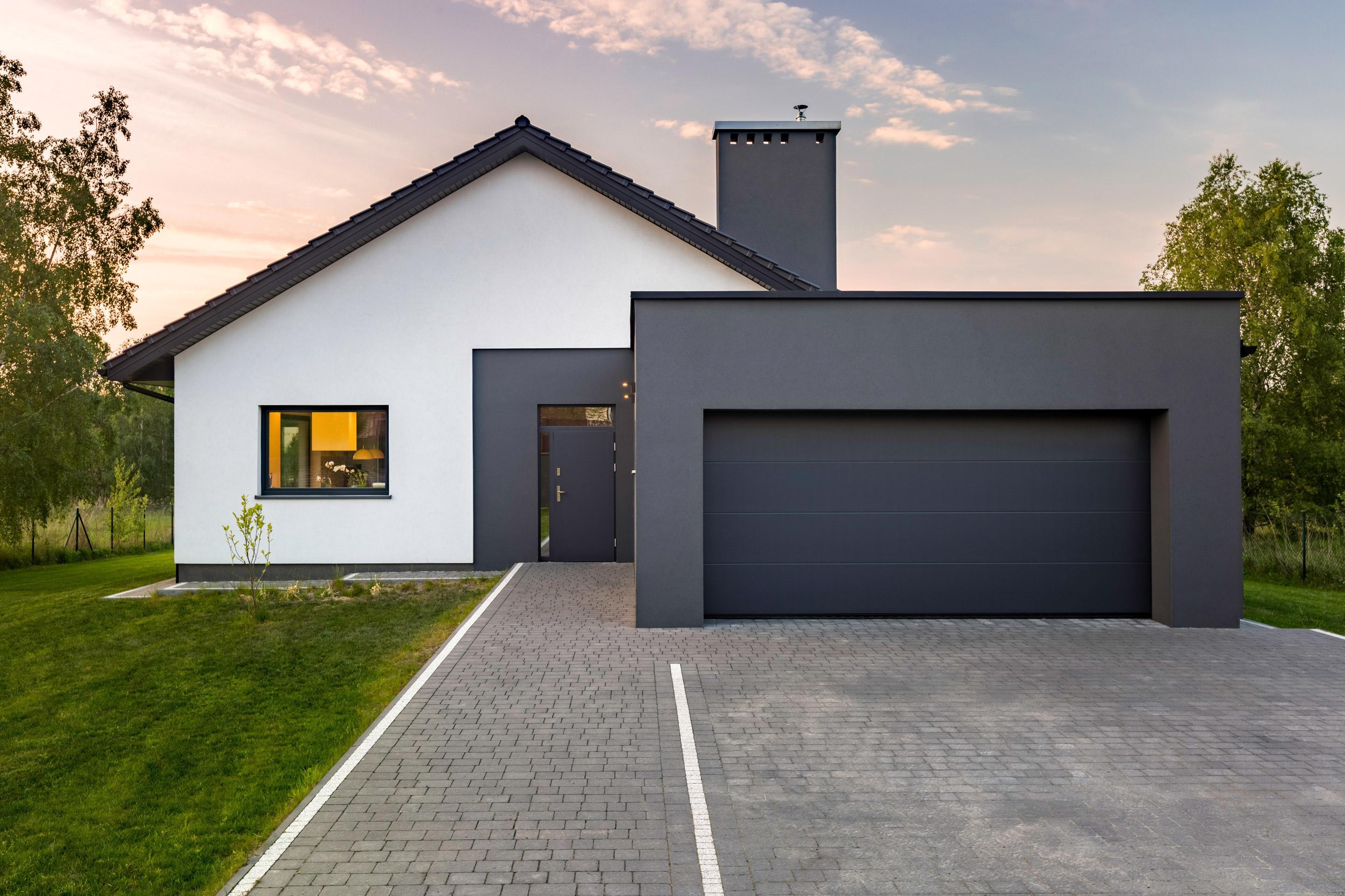 Porte De Garage Sectionnelle Motorisee Artens Premium 212 5x300 Gris Anthracite En 2020 Portes De Garage Moderne Maison Moderne Toit Plat Garage Moderne