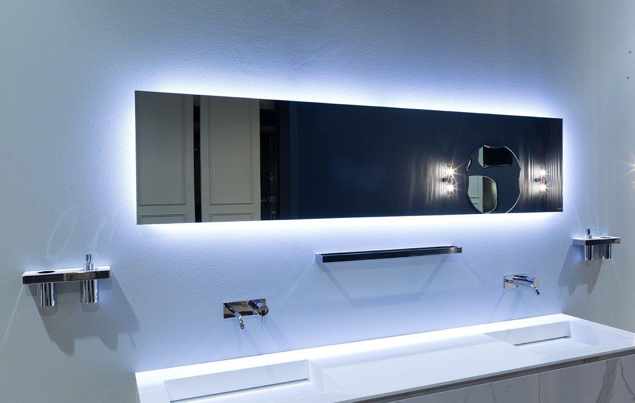 Specchio in stile moderno a parete con illuminazione ...
