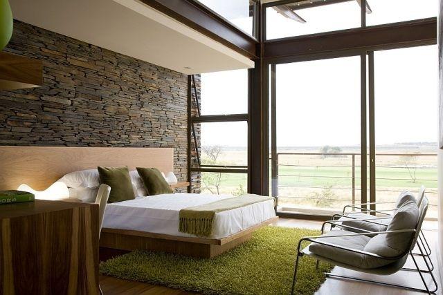 Modernes schlafzimmer grün  schlafzimmer wandgestaltung natursteinwand holzbett shaggy teppich ...