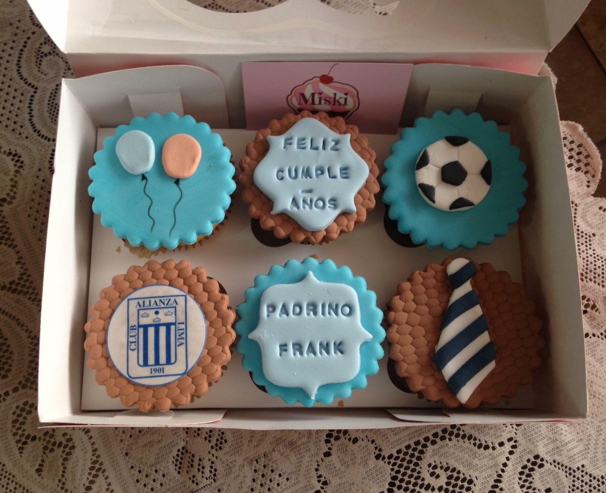#cupcakes para desearle un feliz #cumpleaños a un #padrino querido. Gracias Sra. Diana #globos #pelota #futbol #alianzalima #corbata #miskitrujillo