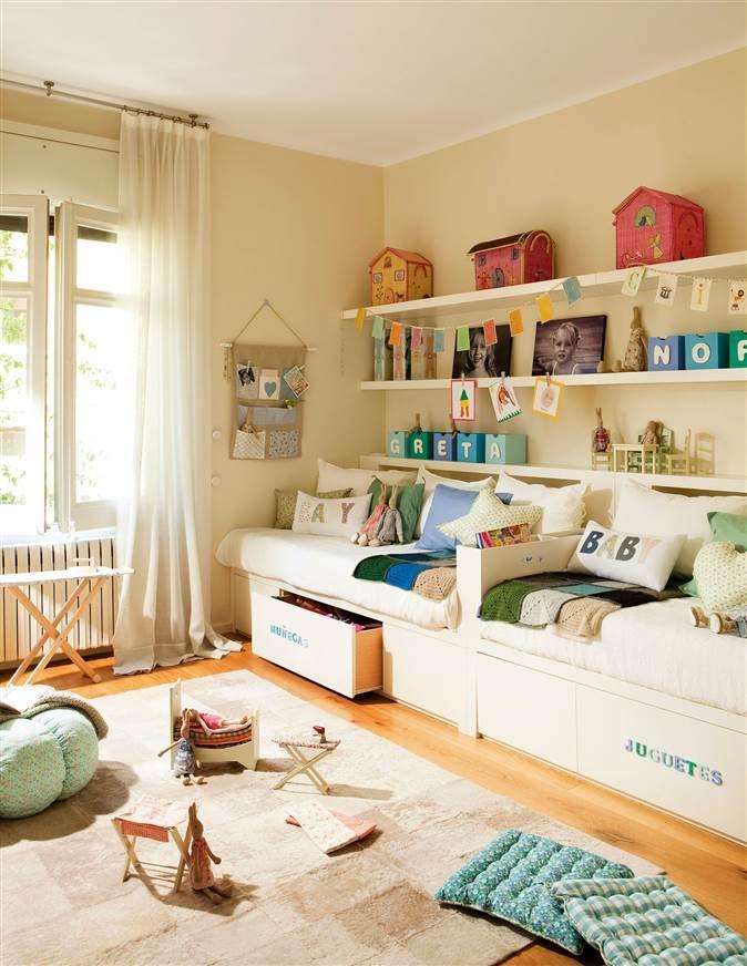 Dormitorio infantil con dos camas en línea, estantes y soluciones ...