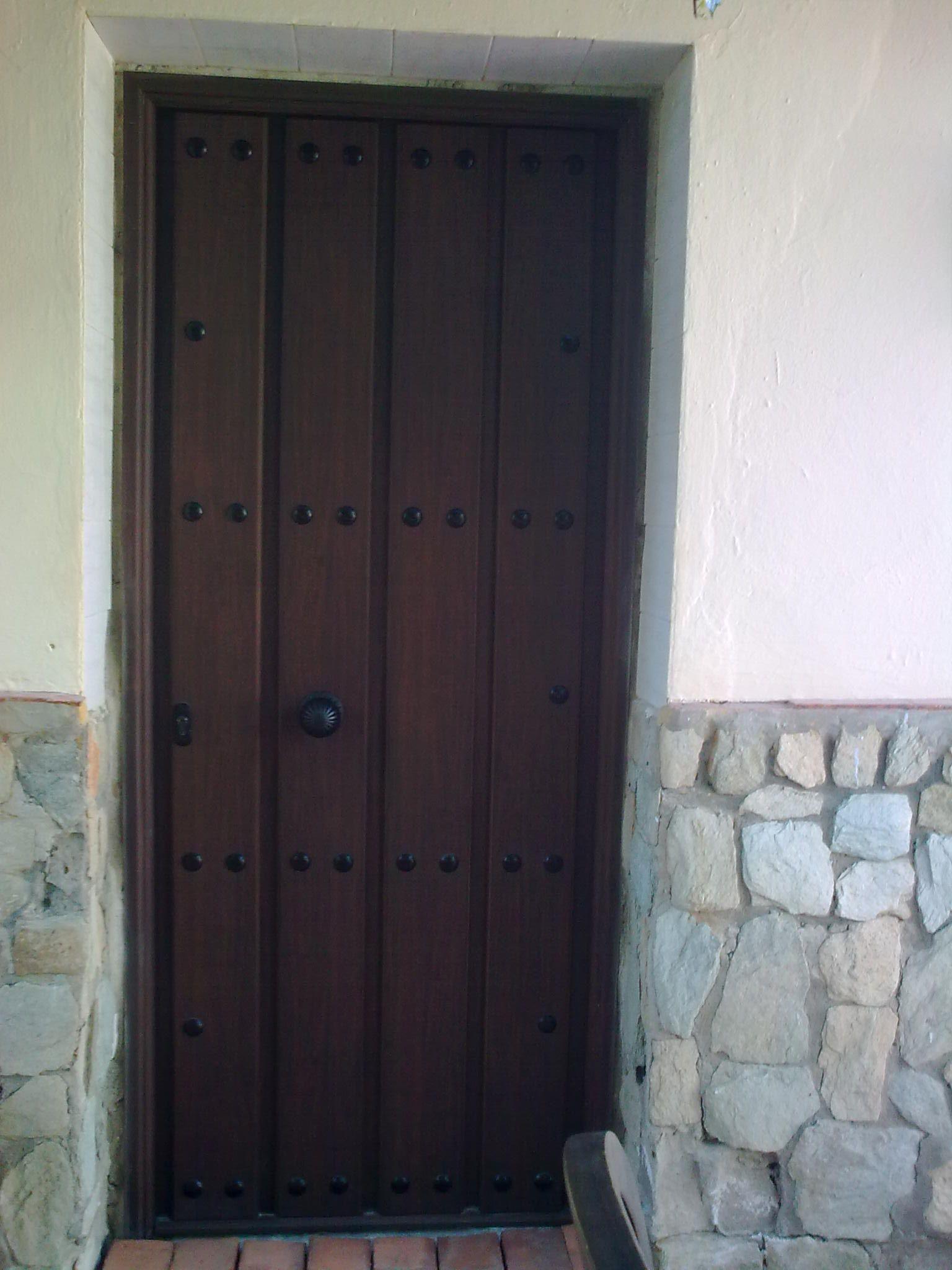 Blindada de aluminio duelas nogal puertas de seguridad for Puertas de calle aluminio precios