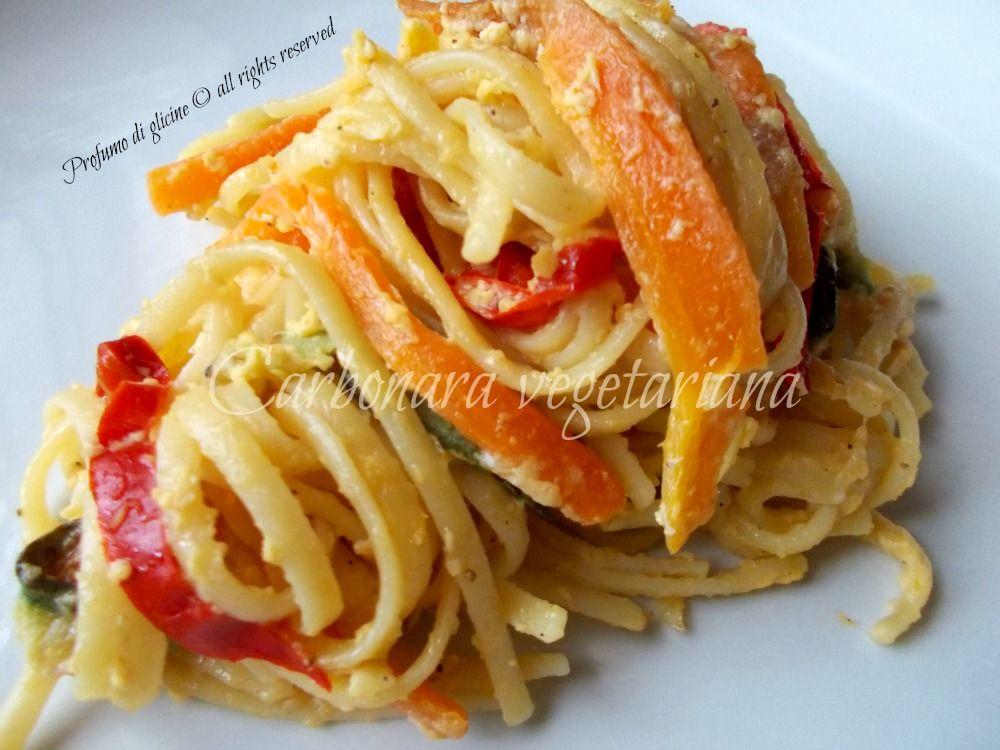 carbonara vegetariana: Ingredienti per 4 persone 350 g di pasta (linguine o trenette)- 50 g di parmigiano reggiano - 80 g di formaggio magro spalmabile o ricotta - 2 uova - 1 carota tagliata a julienne - 1 zucchina tagliata a julienne - 1 peperone tagliato a julienne - 2 cipollotti tritati - 30 g di olio extravergine d'oliva- basilico q b - sale-pepe q b Varianti: Alle verdure indicate si possono unire melanzane, porri, fagiolini e altre verdure in base ai gusti e alla stagione.