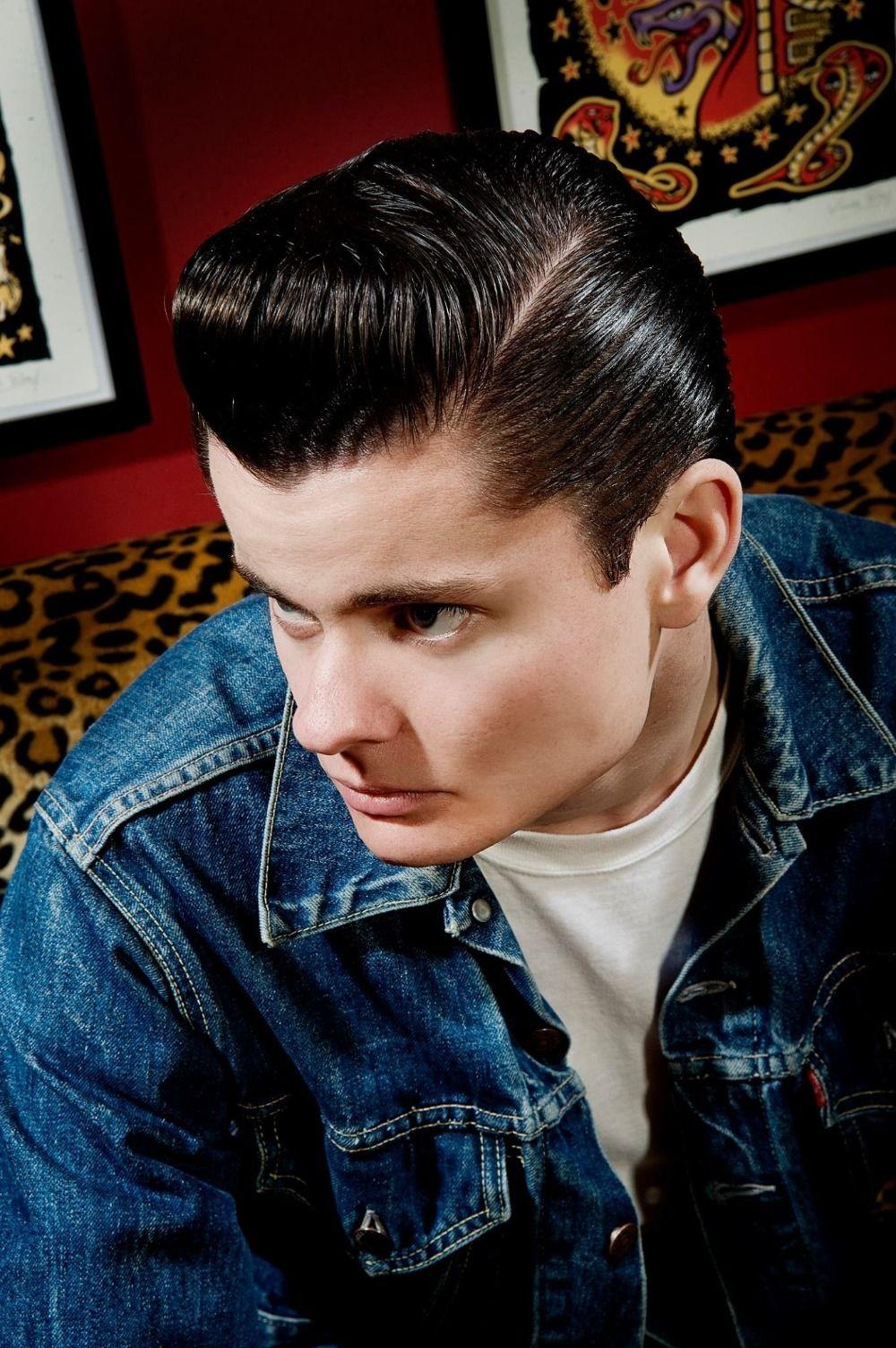 Klassischer 50er Look Mit Rockabilly Frisur Mann Mit Jeansjacke Rockabilly Frisur Rockabilly Frisuren Manner Frisur Langes Gesicht