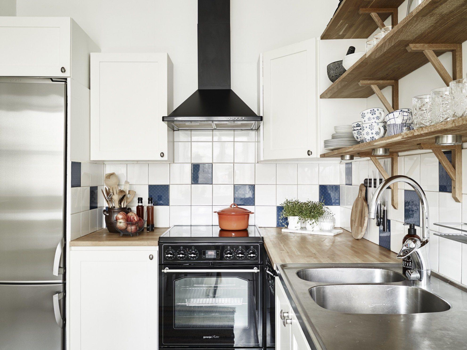 Cocina con azulejos colores y baldas - 6 errores que estás ...