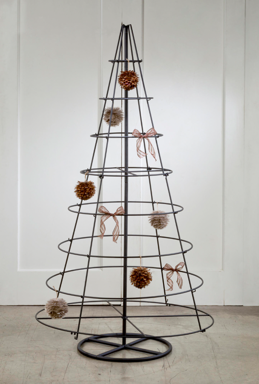 Acquire Great Pointers On Metal Tree Art Wall They Are Actually On Call For You On Our Web Site Ornament Tree Display Ornament Display Metal Christmas Tree