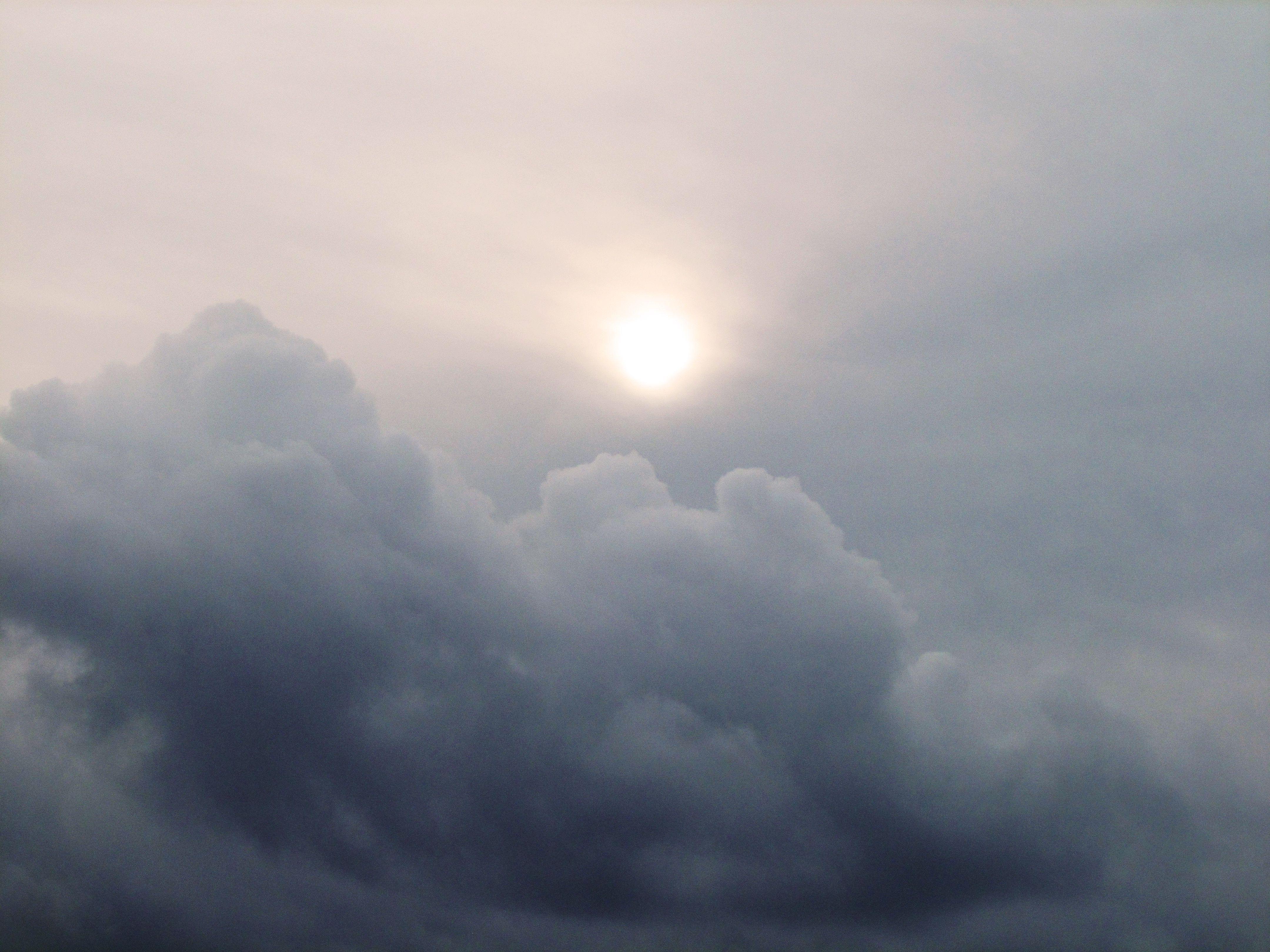 Sale El Sol Entre Nubes Nubes Fotos Sol