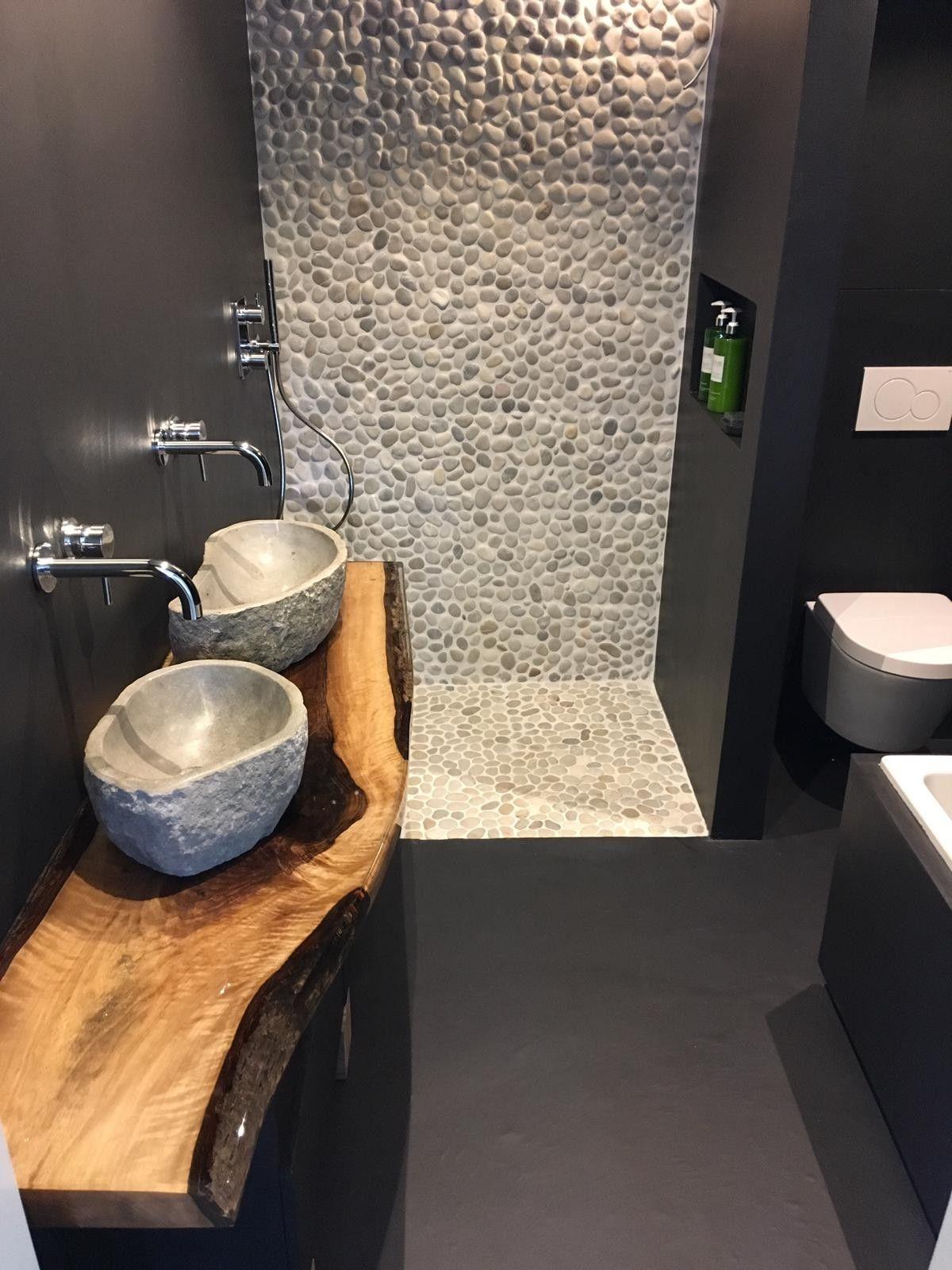 Beton cire badkamer   met kiezels en houten meubel   Badkamer ...