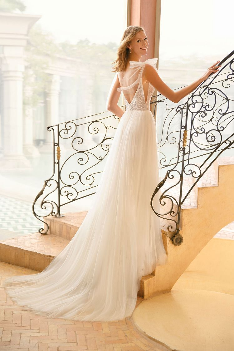Sheath wedding dress in tulle and beaded lace. Deep-plunge