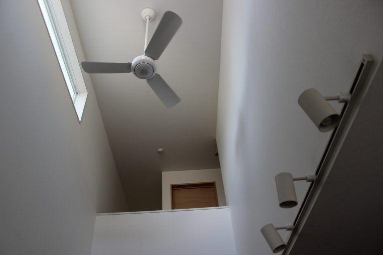 吹き抜け天井にシーリングファンを設置する場合の選び方 天井 リビング キッチン 吹き抜け