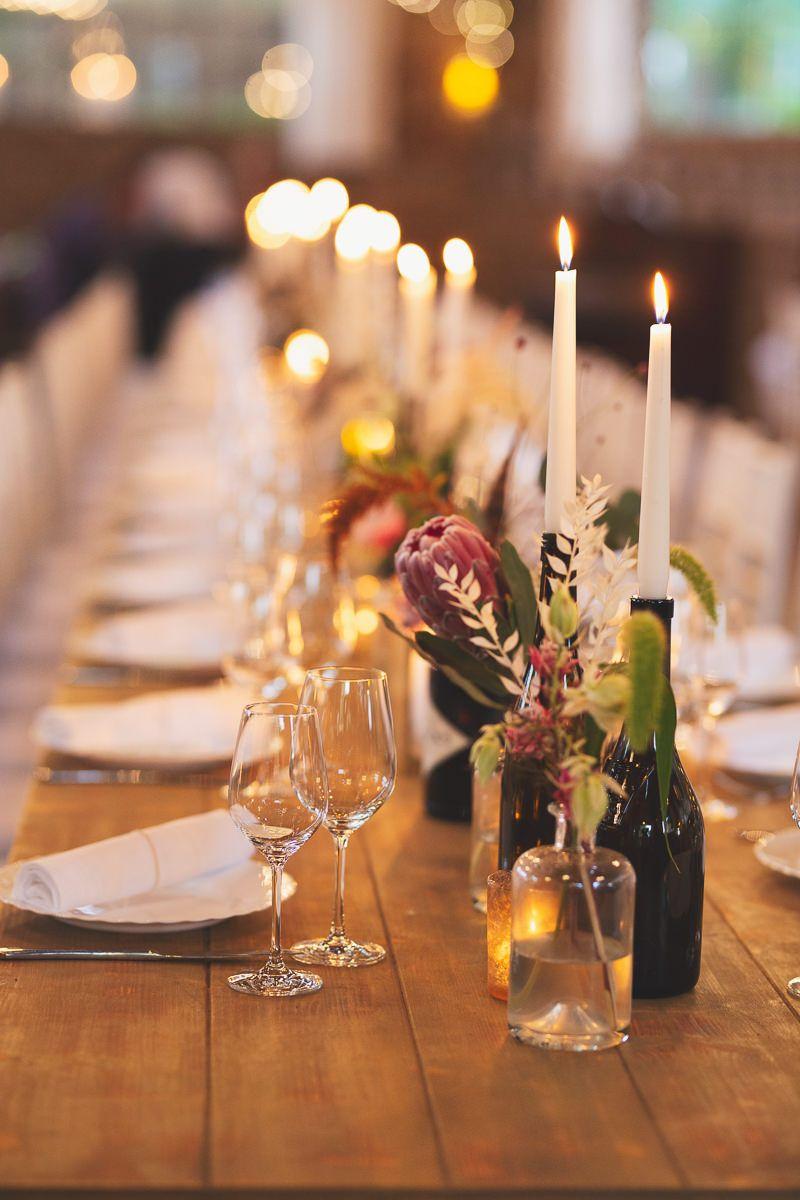 Hochzeit Tischdeko Wasserburg Geretzhoven Mit Protea Und Weinflaschen Als Kerzenhaltern Alles Hochzeit Weinflaschen Tischdekoration Hochzeit Hochzeitspartys