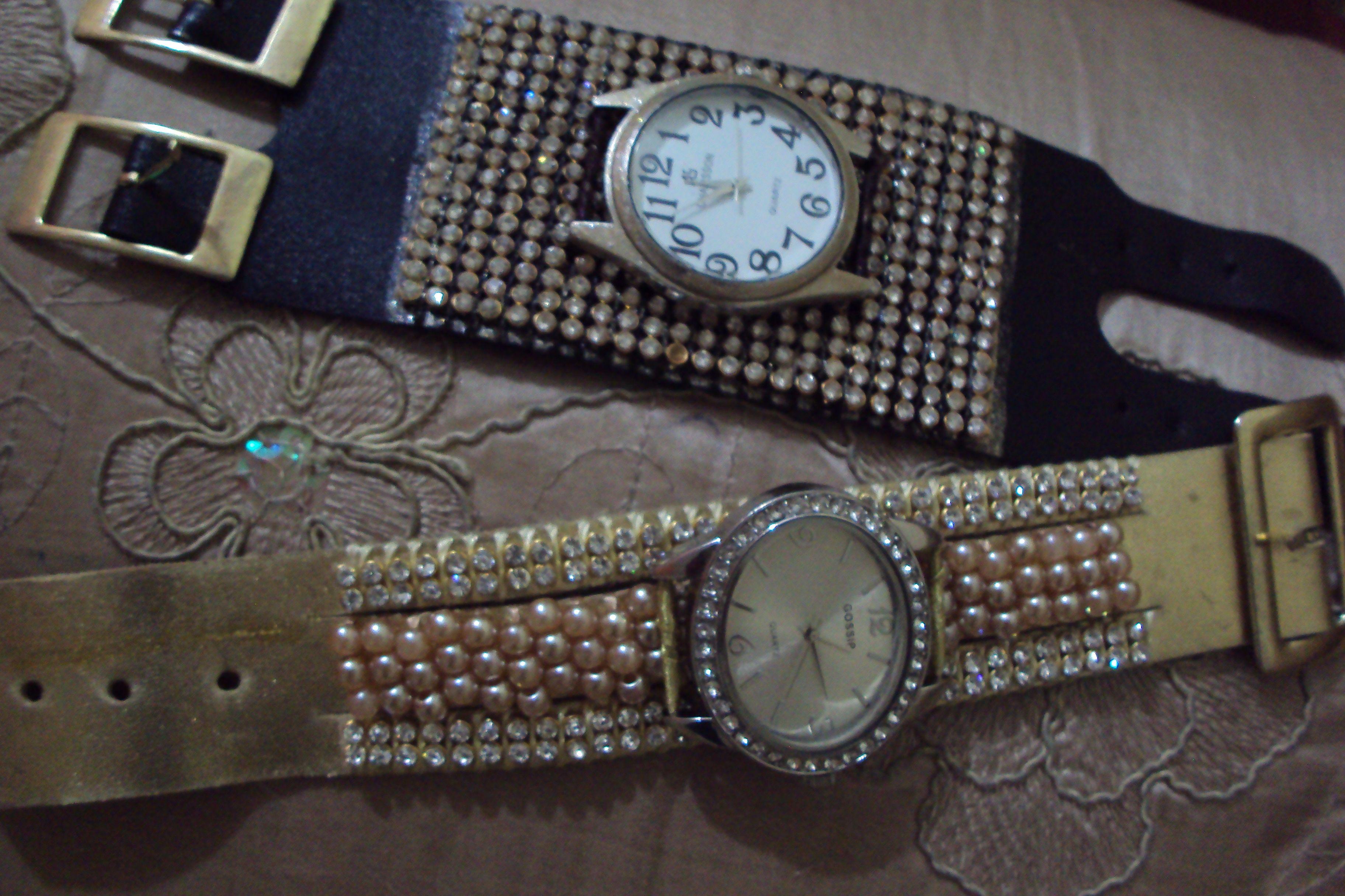 """relógio """"velho"""" amarrado com fita de seda em uma pulseira nova."""