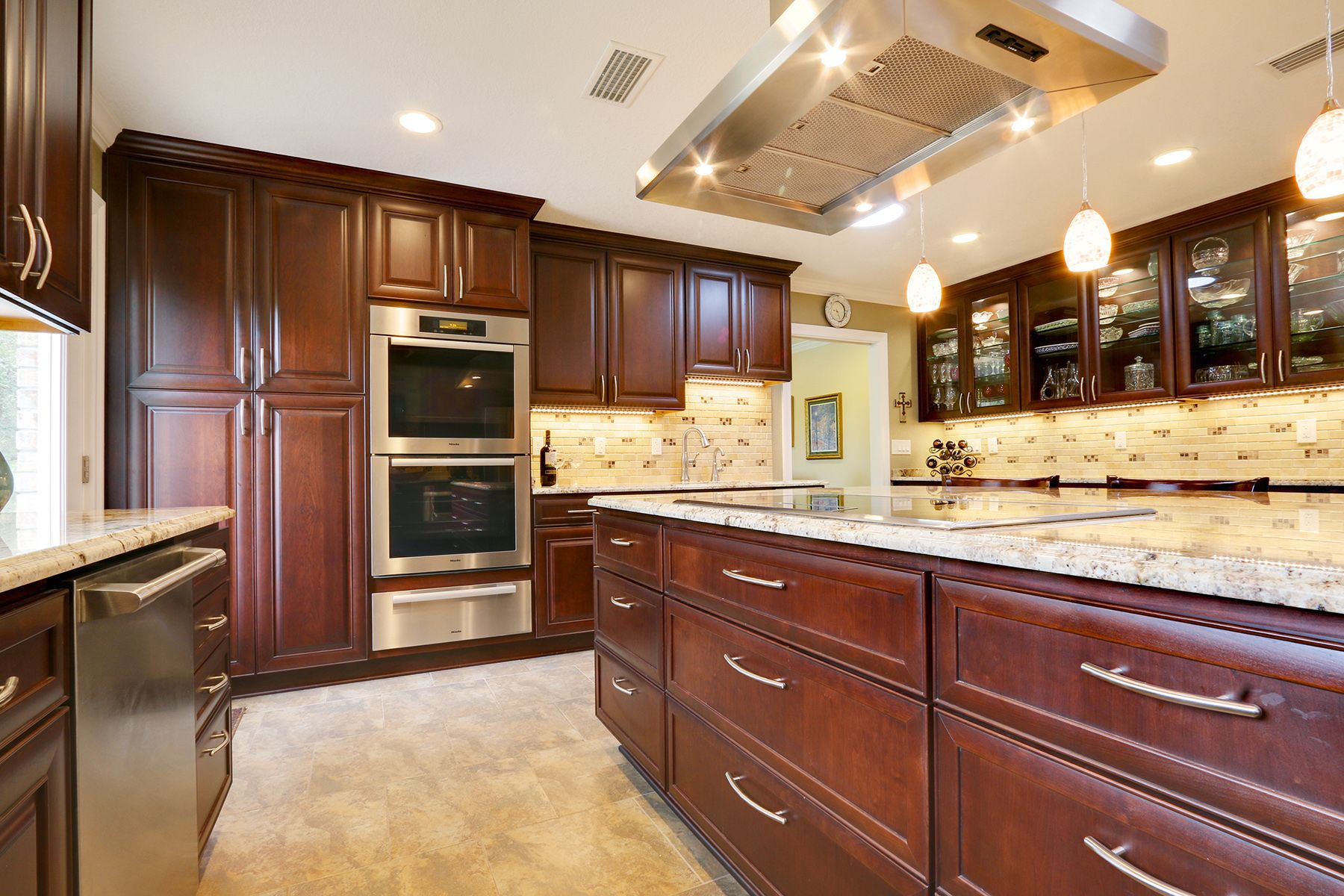 A Remodeled Kitchen In Pensacola Florida Now Has A Coherent And Soothing Color Scheme Designer Ashley Duby Kitchen Design Dark Brown Cabinets Brown Cabinets