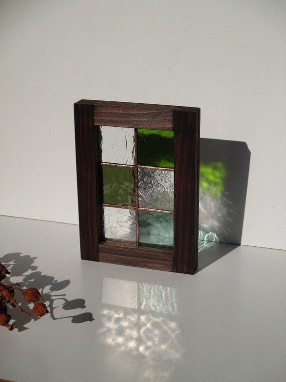 透明の型ガラスと緑色板ガラス6種類をスクエアに切り合わせたブラウンフレーム仕上げの自立(どちら向きでもOK)する額です壁に掛けることも出来ます(4枚目)(壁に...|ハンドメイド、手作り、手仕事品の通販・販売・購入ならCreema。