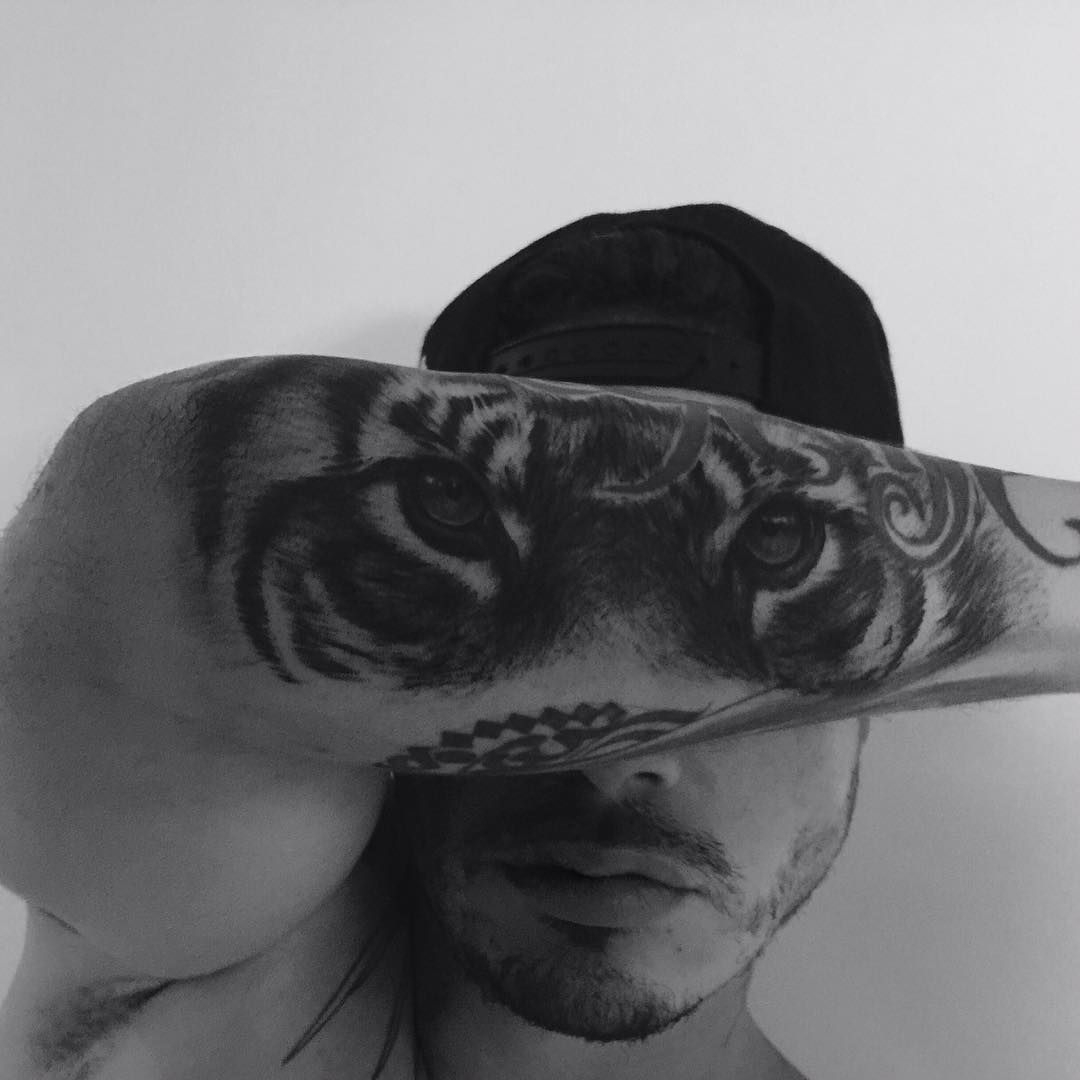 J Balvin tattoo tiger Tattoos for guys, Tattoos, Artwork