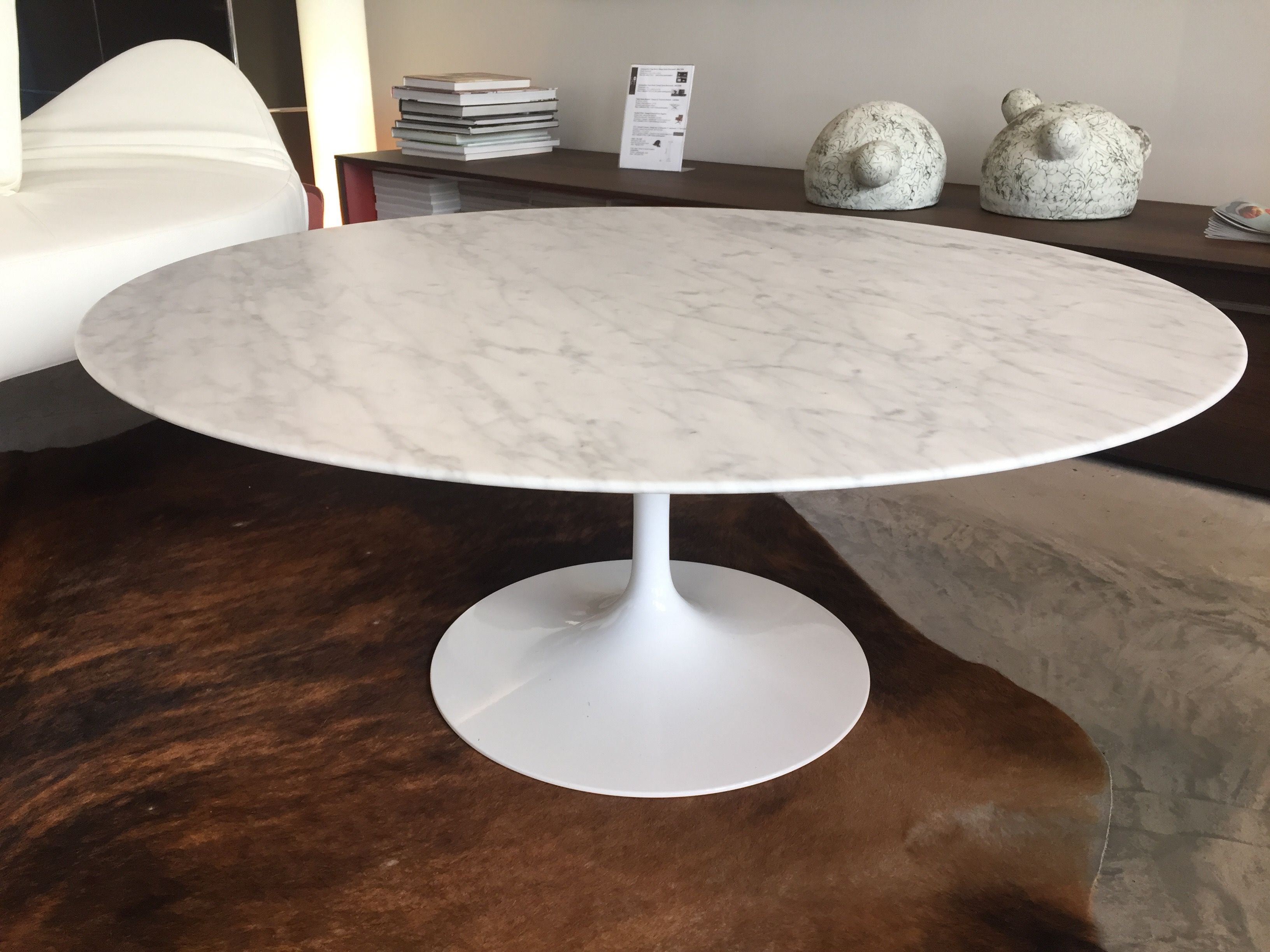 Table ronde basse knoll design saarinen plateau marbre arabescato blanc vein gris vernis Dimension table a manger