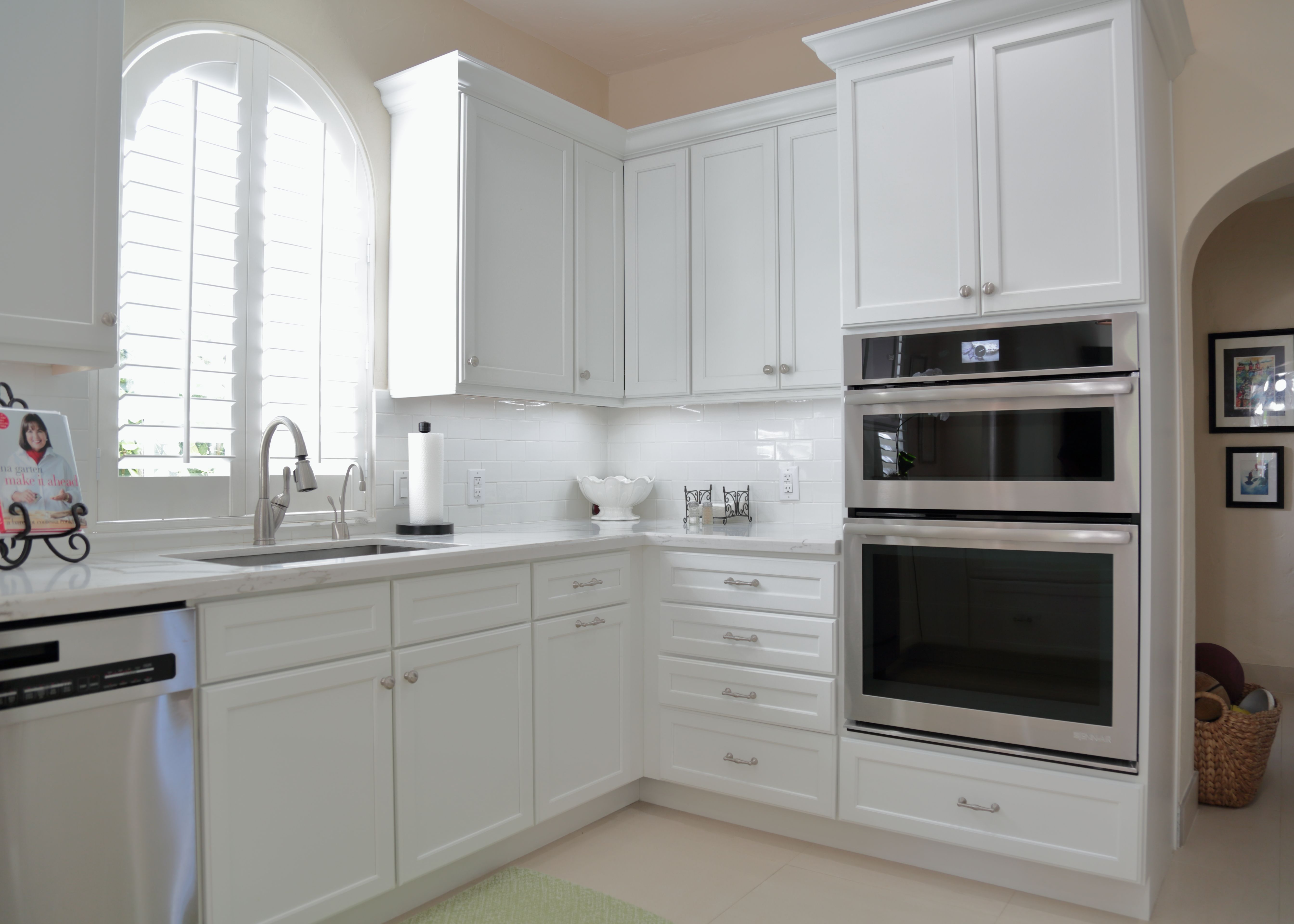You Can Never Go Wrong With White Call Us At 305 234 1990 In 2020 Modern Kitchen Kitchen Kitchen Cabinetry