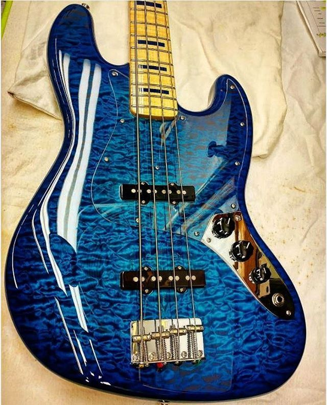 いいね!6,850件、コメント57件 ― Bass Player Magazineさん(@bassplayermag)のInstagramアカウント: 「A Fender Custom Shop Quilt Top Jazz Bass in transparent Sapphire Blue finish. #bassgram #instabass…」