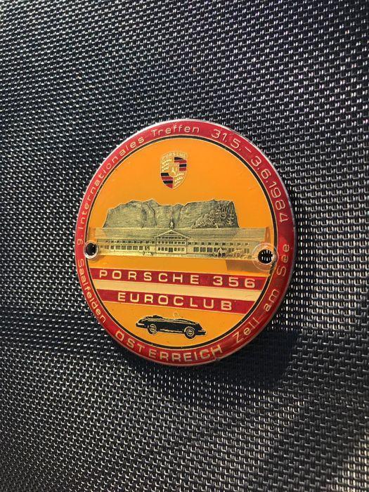 Zeldzame PORSCHE 356 grille badge (slechts 200 exemplaren)  Zeldzaam grille badge van PORSCHE 356 in oorspronkelijke toestandJaar 1984 (33 jaar).Slechts 200 exemplaren bewerkt omdat alleen aan de deelnemers van de vergadering van Saalfelden (Oostenrijk)Internationale bijeenkomst van 31/05 tot 06/03/1984Gouden inscriptiesDiameter 80 mmZorgvuldig verpakt en verzonden met tracking  EUR 35.00  Meer informatie