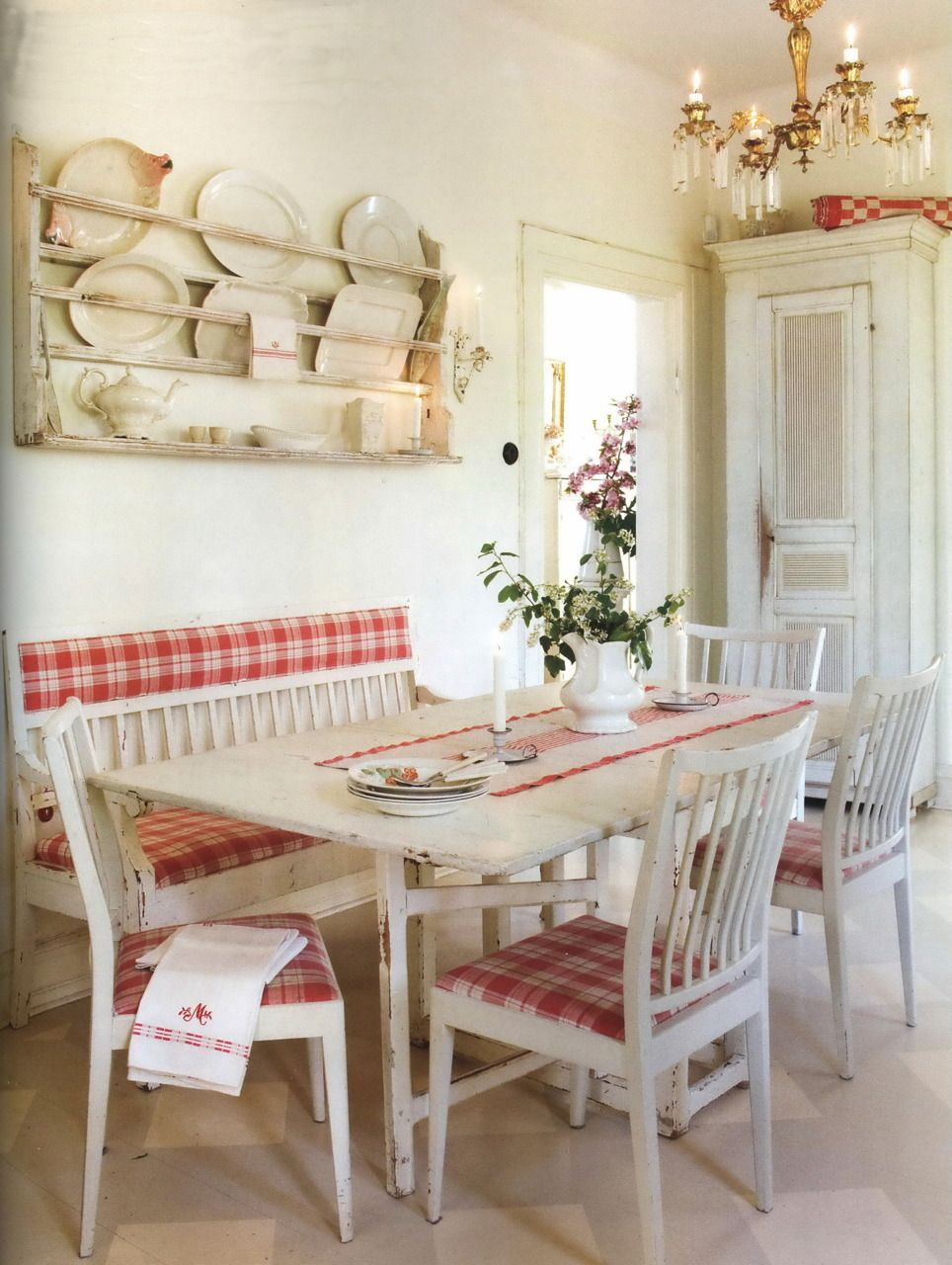 Red and white scandinavian style breakfast nook love the upholstered bench cottage chic - Porte shabby chic ...