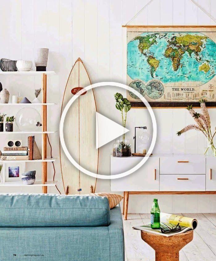 Maison californienne salon planche de surf canapé bleu etagere murale blanche carte du monde meuble scandinave bois blanc table basse blog déco design clema...