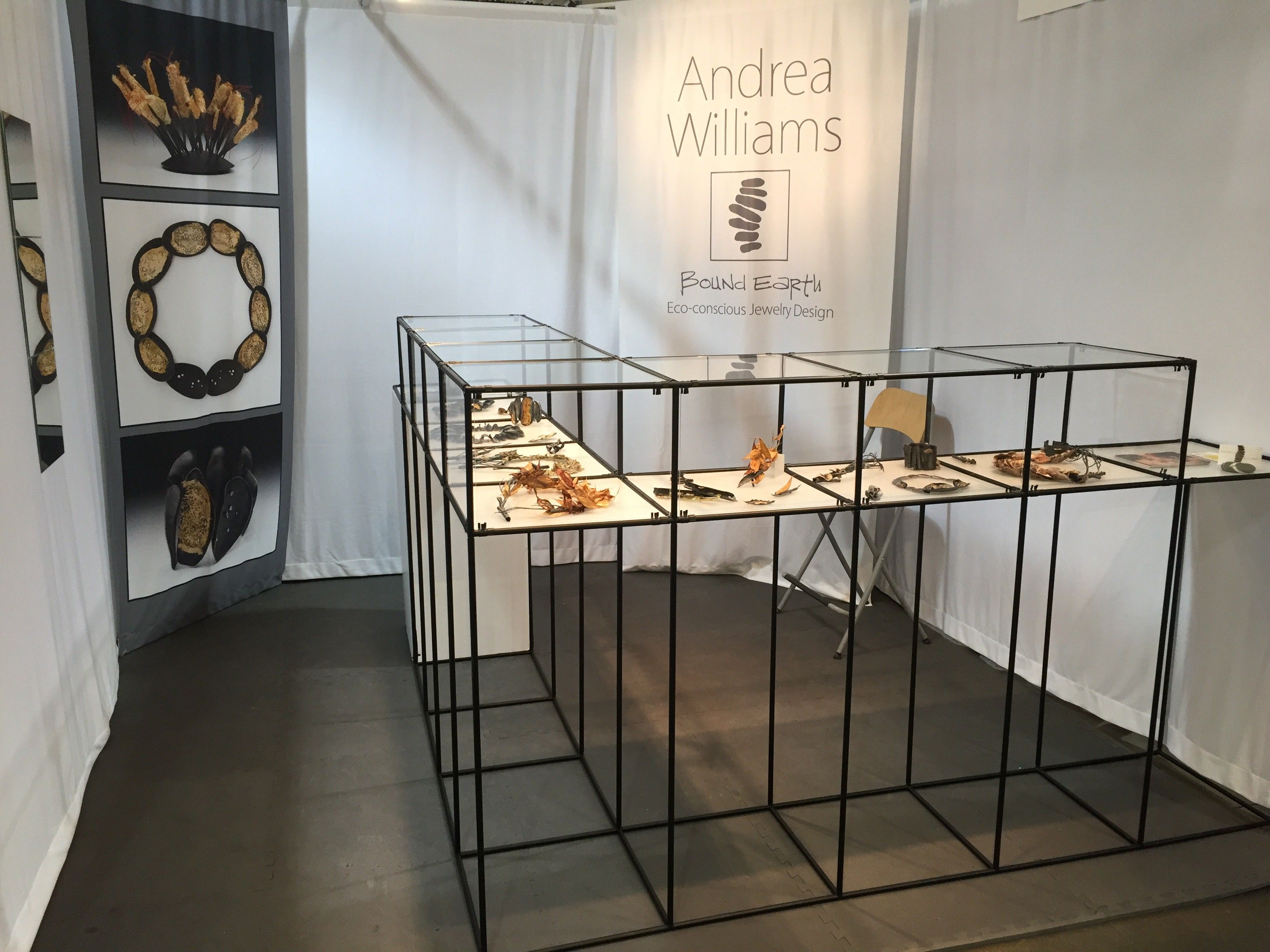 Bound earth jewelry display using absracta modular display for Dekoration und display