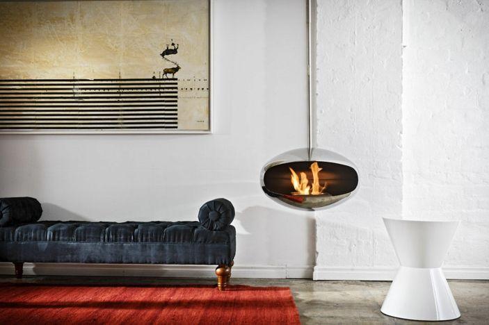 Hängendes Modell Vom Offenen Kamin Im Modernen Wohnzimmer Mit Einem Roten  Teppich