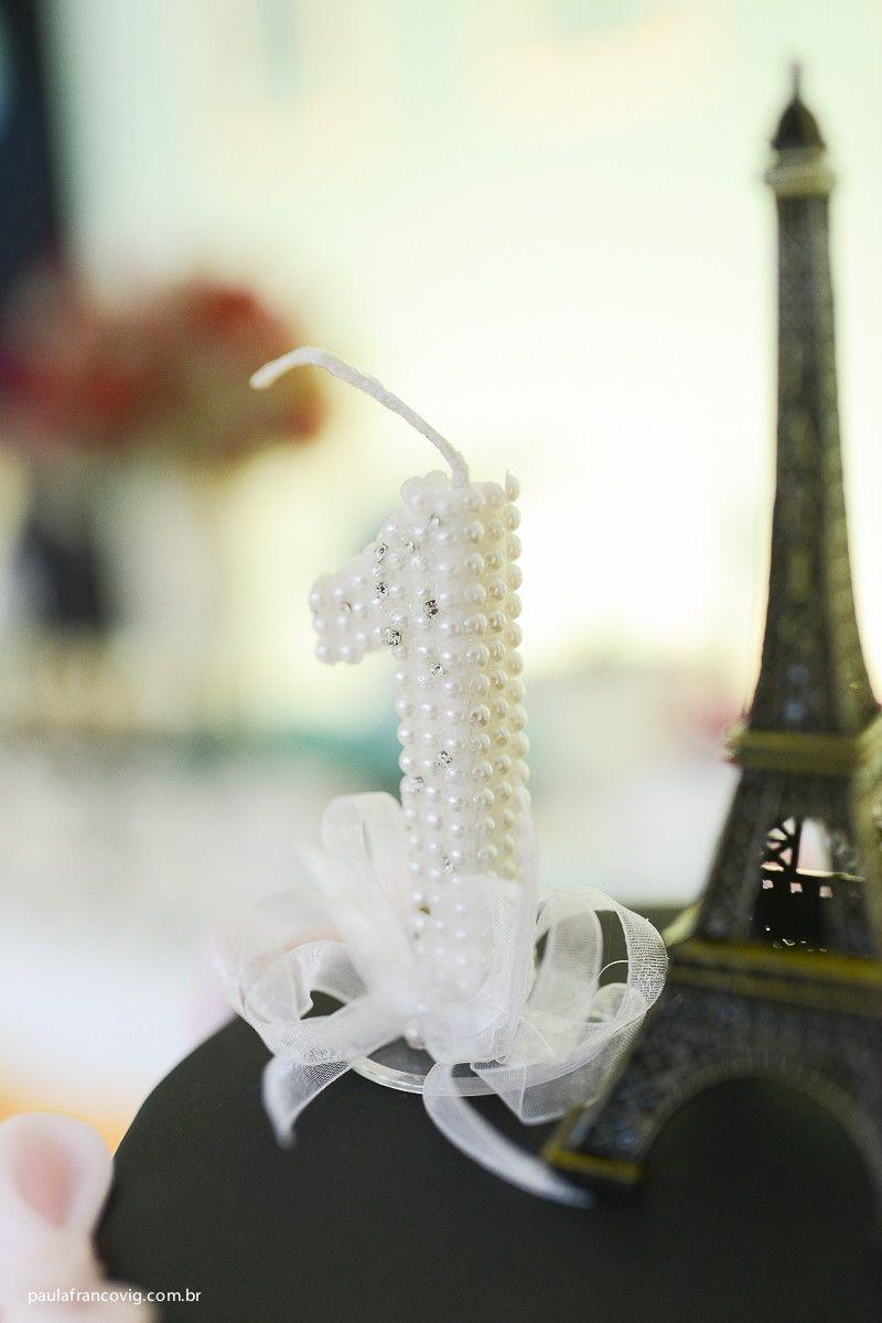 Uma linda vela com aplicação de mini strass e pérolas. <br>Acompanha fita. <br> <br> Qualquer numeração! Consulte-nos!