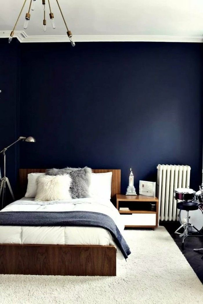 Wunderbar Schlafzimmergestaltung Blaue Wandfarbe Und Graue Bettdecke Mit Weißem  Teppich Kombiniert