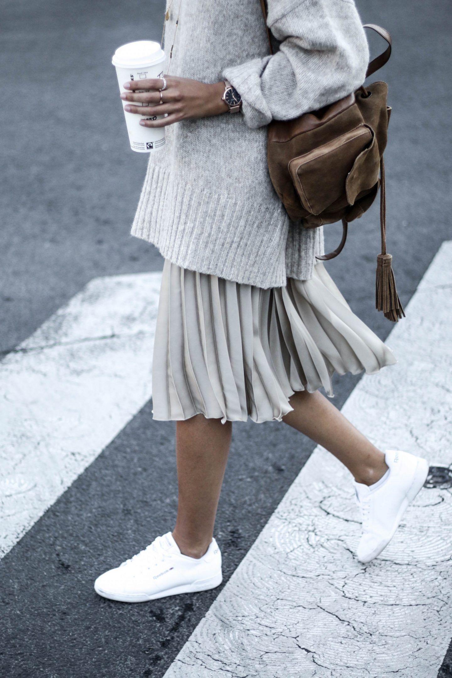 Gros pull sur jupe plissée et baskets