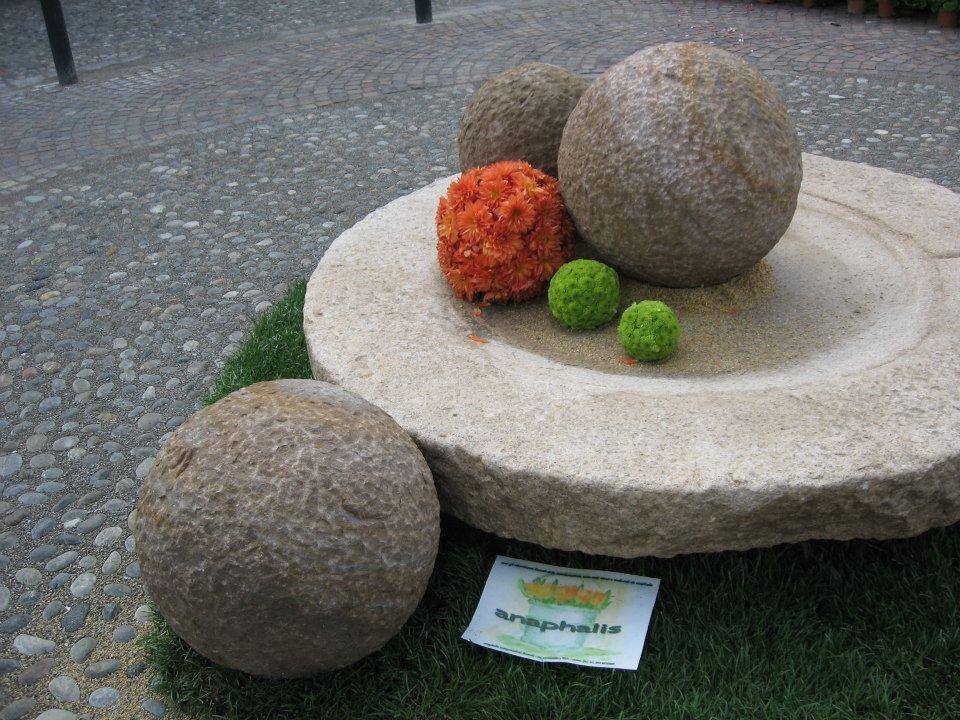 le sfere di pietra...la vecchia macina ...le sfere di fiori...
