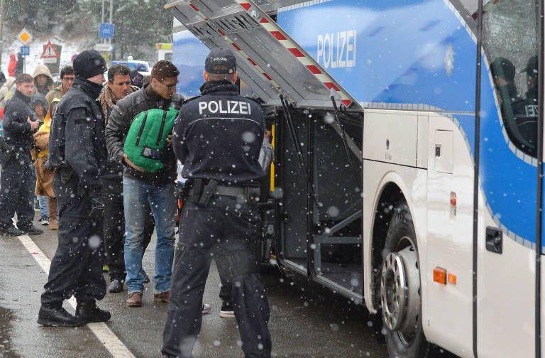 JETZT VOR WEIHNACHTEN! WIR FEIERN DAS FEST DER LIEBE - ABER DIE UNGELIEBTEN MÜSSEN DRAUSSEN BLEIBEN Flüchtlingskrise - Deutlich mehr Abschiebungen in Deutschland als im Vorjahr via @welt