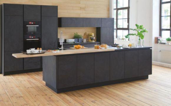 """""""Elegante und facettenreiche Einbauküche erhältlich in vielen Ausführungen und Farbvarianten. Durch die Kombination von unterschiedlichen Fronten und Arbeitsplatten bieten sich zahlreiche Gestaltungsmöglichkeiten. Das moderne Design ist geradlinig und ansprechend. Dieses Küchenprogramm ist in verschiedenen Korpus- und Frontfarben sowie mit unterschiedlichen Arbeitsplatten erhältlich. Das Modell kann genau an die räumlichen Gegebenheiten angepasst werden und ist durch viele sinnvolle Z"""