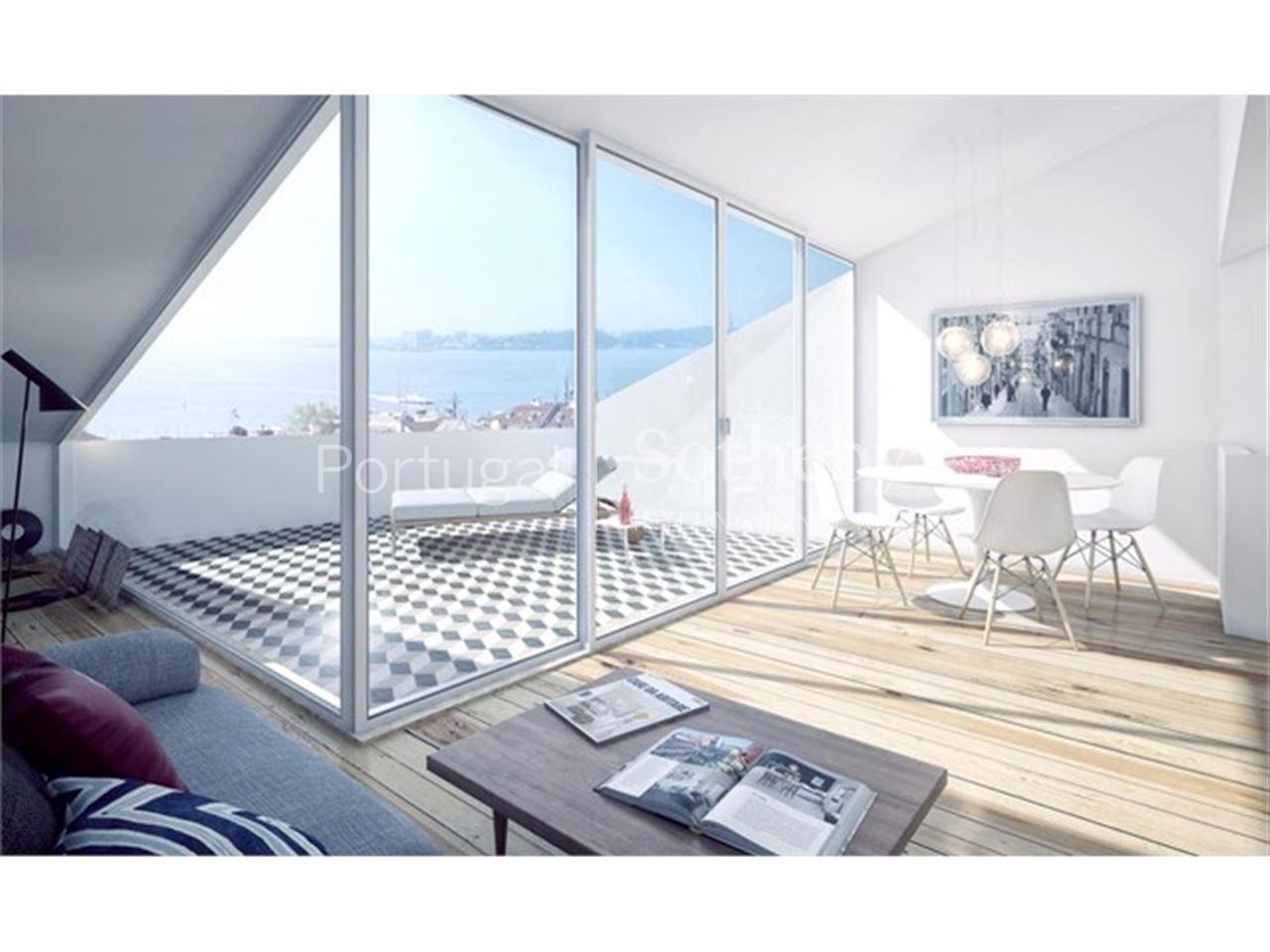 Apartamento  de Luxo 4 quartos / Lisboa, Chiado - Fantástico apartamento Duplex com 4 quartos e 2 salas. A primeira sala com 40m2 encontra-se no piso 1 e tem uma varanda com cerca de 7m2 com vista. No mesmo piso, estão 2 dos quartos assim como a cozinha e 2 casas de banho. No segundo piso, a segunda sala com 31m2 conta com um terraço de 11m2 com uma vista única sobre o rio Tejo e os outros 2 quartos em suite. Dispõe também de 2 lugares de estacionamento.