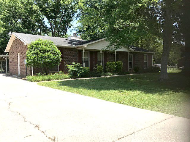 Estate Auction Featuring Cute 3 Br 2 Ba Brick Home With Fenced Back Yard Garage Carport And Storage Barn Great Locatio Estate Auction House Styles Backyard