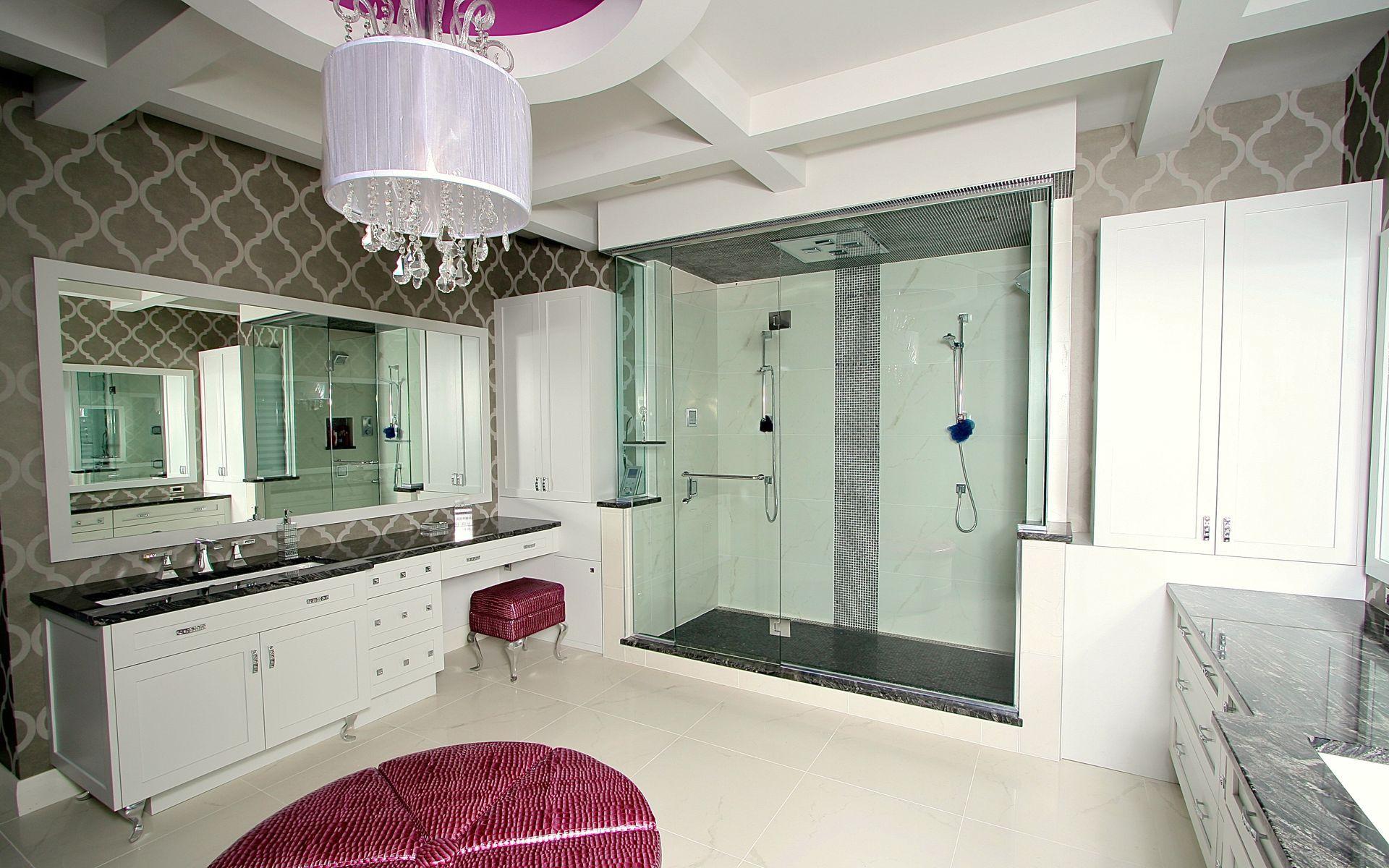 Salle de bain classique sur mesure vanit portes shaker en merisier laqu blanc incluant un - Meuble shaker ...