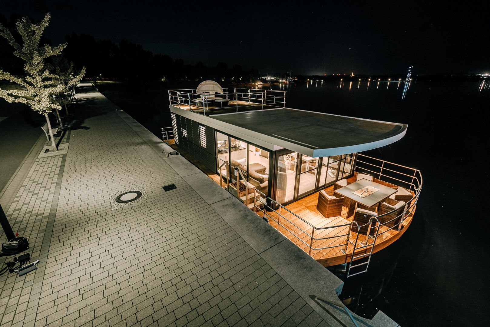 hausboothersteller aus berlin floating house gmbh hausboot kaufen oder mieten hausboot. Black Bedroom Furniture Sets. Home Design Ideas