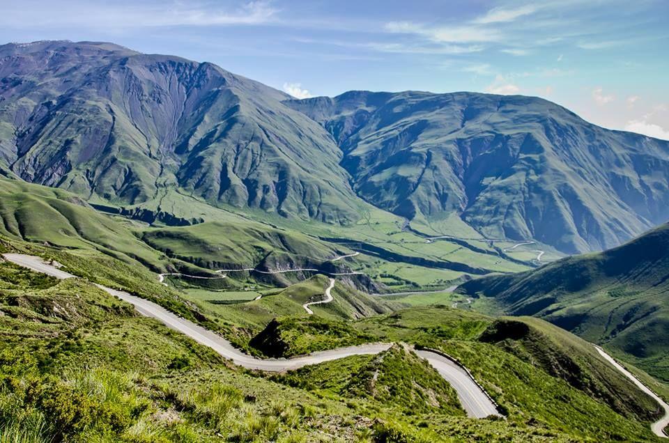 La impactante y sinuosa cuesta del obispo revela a sus visitantes increíbles vistas panorámicas de los #VallesCalchaquíes http://natarg.com.ar/revista-digital/